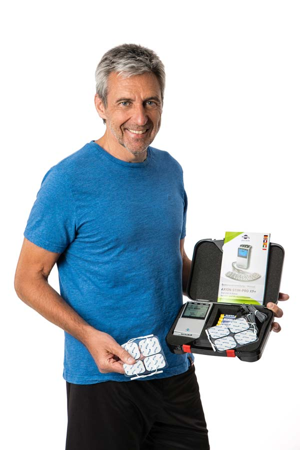 Man-with-TENS-EMS-combination-device-full-scope-of-delivery